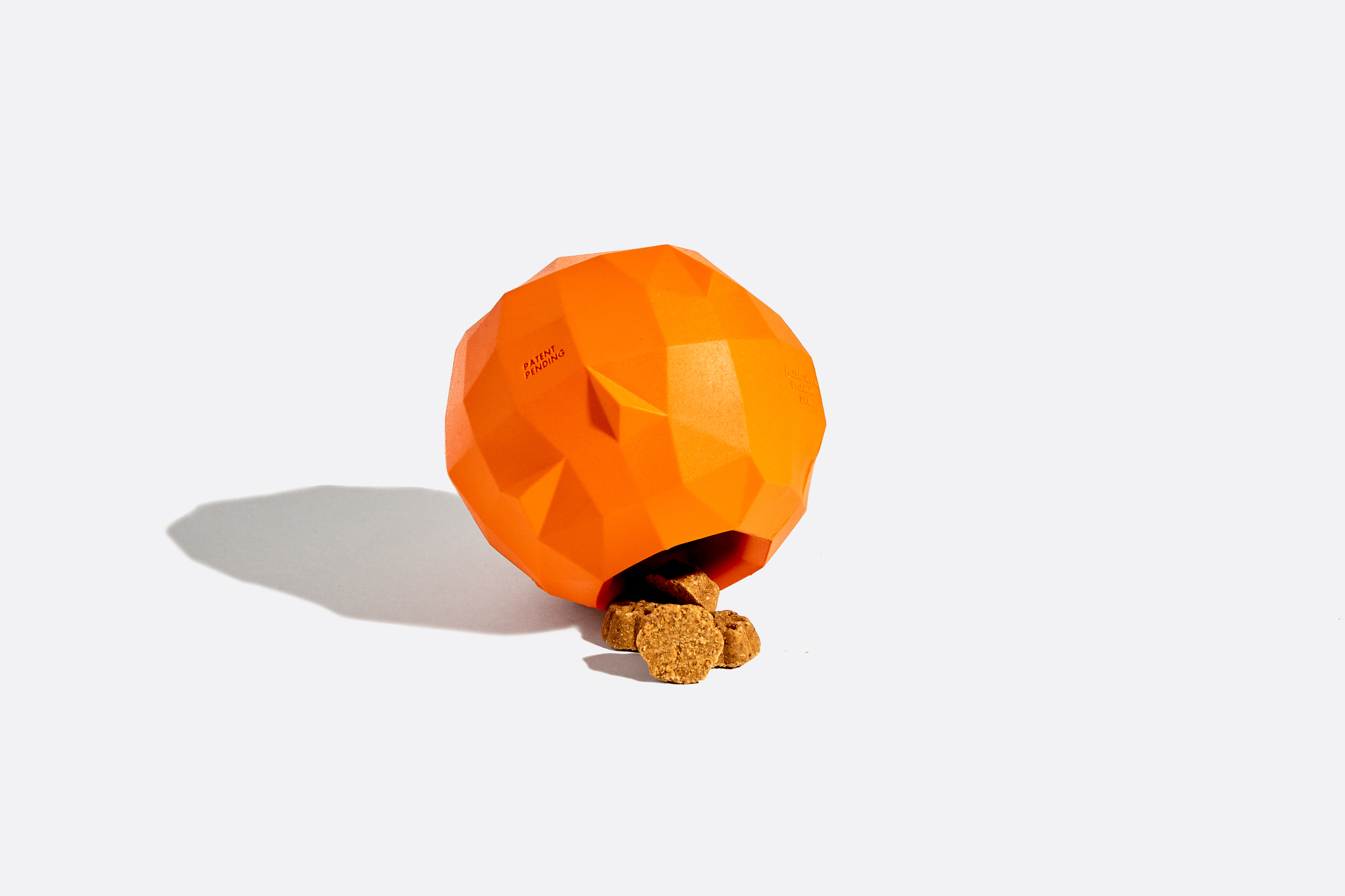 """Nossa laranja é daquelas que os cachorros aproveitam até o bagaço! Colhidas somente em noites de lua cheia de anos bissextos (e só se estiver chovendo), caso você se depare com uma, não perca a chance de tê-la! Um brinquedo interativo para cachorro cheinho de vitamina """"Zee""""."""